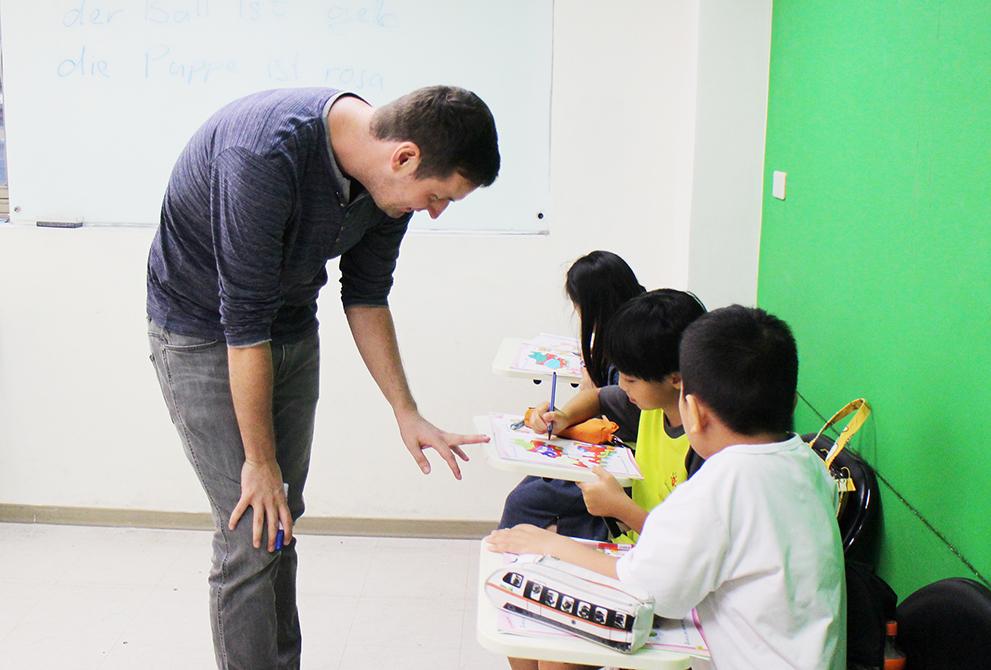 ESL 的上課模式和108 課綱的中心思想相符,是學生為主角,老師為配角。  以這樣的上課方式能夠讓學生學到他們想學的,也能夠啟發孩子在學習上的主動權,培養他們的主動學習的動機。